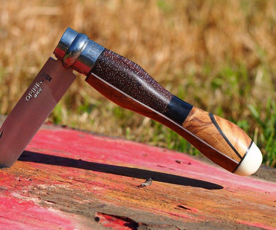 Couteau avec manche réalisé en différentes essences de bois et Tagua (bout)